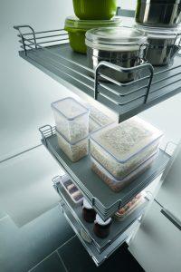 Ordenar armarios en la cocina; estantes extraíbles